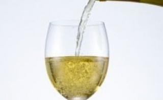 Дешевое белое вино вредит зубам