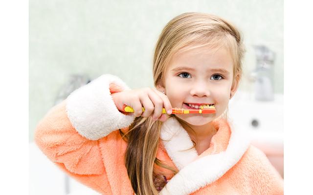 Фото как ребенок чистит зубы