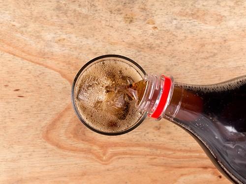 Диетическая газировка так же вредит зубам, как и напитки с добавлением сахара