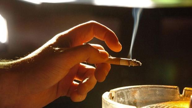 Пассивное курение негативно влияет на зубы