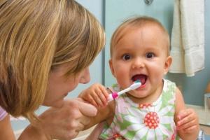 Использовать зубную пасту с фтором необходимо уже после появления первого зуба