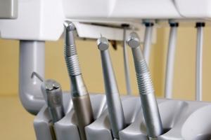Люди боятся лечить зубы из-за звука бормашины