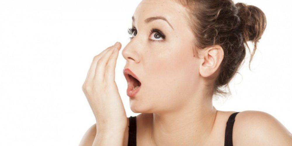 Неприятный запах изо рта появляется из-за кариеса и воспаления миндалин