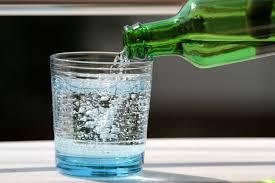 Врачи рассказали, чем опасна минеральная вода с газом