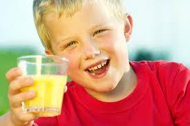 Стоит ли давать детям фруктовые соки?