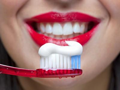 Эффективность отбеливающих зубных паст оказалась мифом