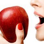 Яблоки разрушают зубы