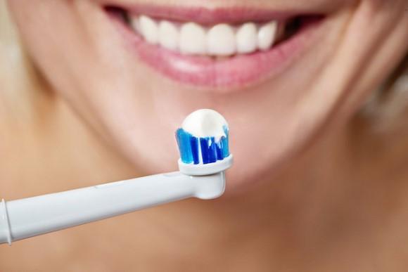 Компания Dyson запатентовала устройство, сочетающее свойства электрической зубной щетки и ирригатора