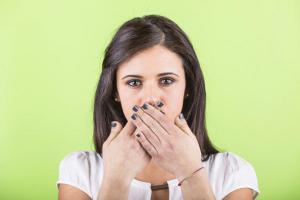 Почему появляется запах изо рта и как от него избавиться