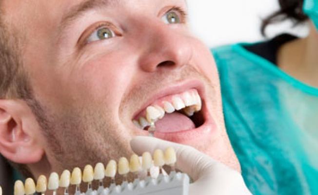 Темнеют зубы: что делать
