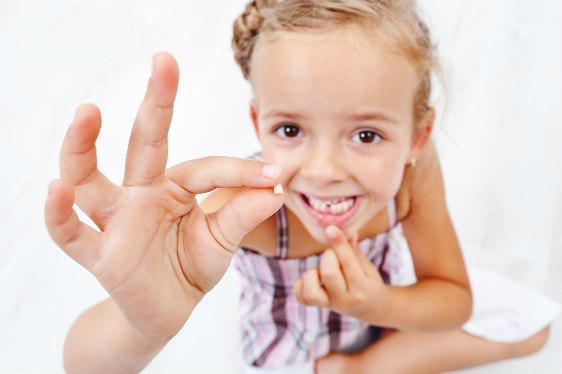 Стоит ли удалять молочные зубы детям?