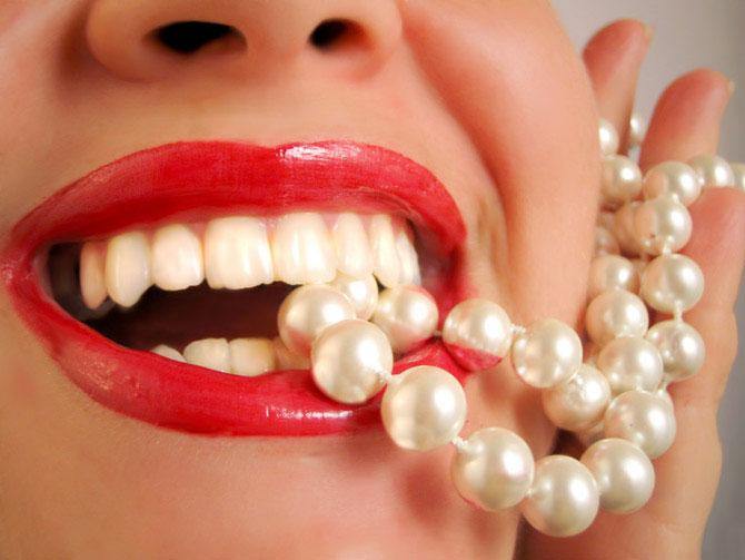 Только стоматолог может сделать Ваши зубы белоснежными!