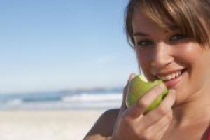 Какие продукты влияют на цвет зубов?