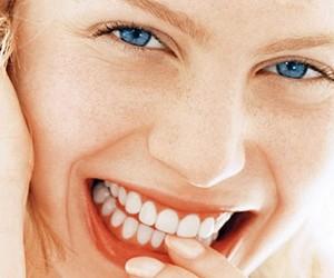 Стоматологи назвали пять причин чистить зубы вечером