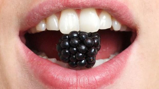 Специалисты назвали продукты, изменяющие цвет зубов