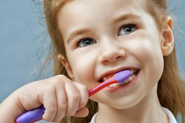 «Съел что-то не то» или нужно обследоваться: откуда может взяться неприятный запах изо рта ребенка