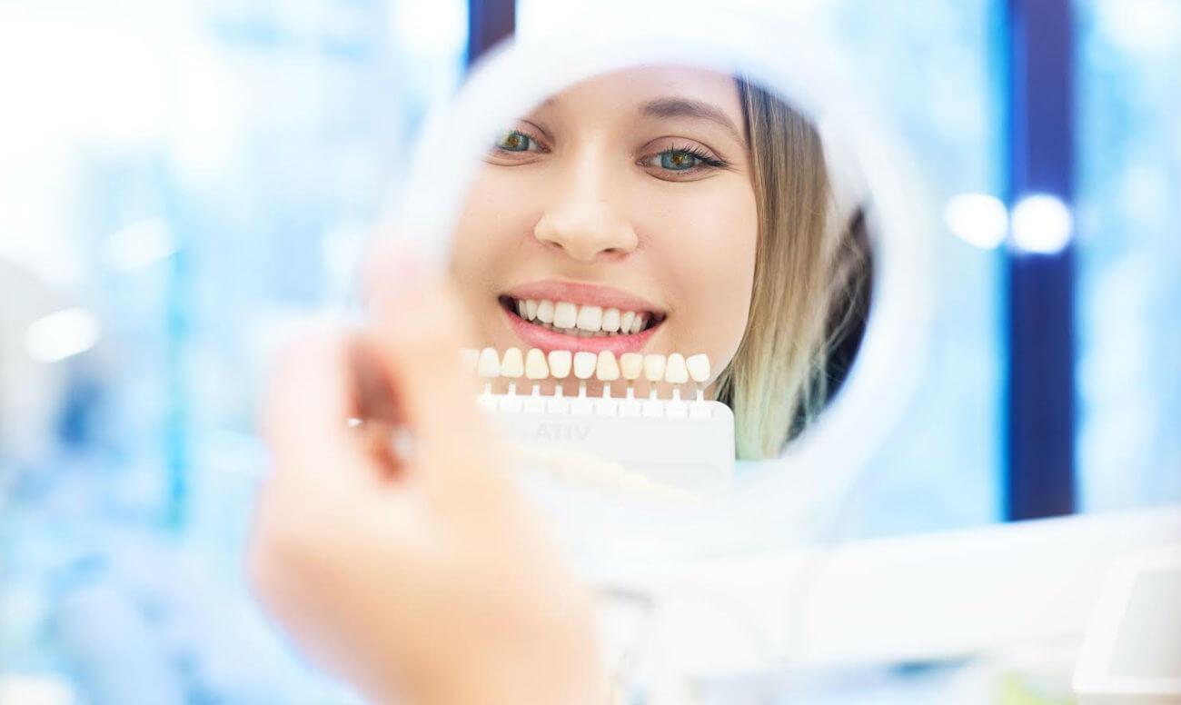 Пластмассовые коронки на зубы — особенности и этапы установки