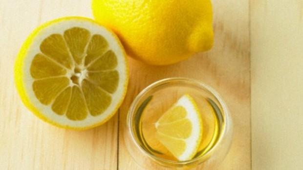Горячая вода с лимоном, выпиваемая по утрам, может разрушить зубы