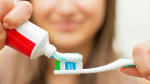 Врачи рассказали, почему вредно чистить зубы после еды