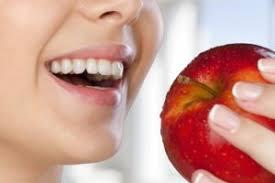 Отбеливающая еда: эти продукты сделают улыбку белоснежной
