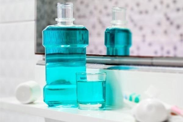 Применение средств для полоскания рта с хлоргексидином приводит к образованию более кислой среды во рту и изменению состава микрофлоры