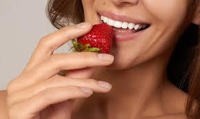 Клубника способствует отбеливанию зубов