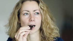 Стоматолог объяснил, почему хлеб для зубов вреднее шоколада