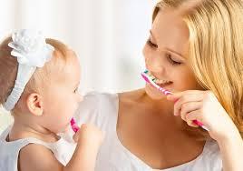 Первая зубная щетка для малыша: как выбрать правильно