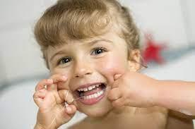 «С какого возраста ребенку можно пользоваться зубной нитью?»