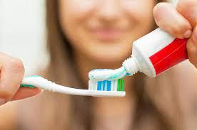 Специалист: чистка зубов сразу после завтрака опасна